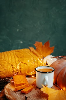 Herbstkomposition mit grünem hintergrund für thanksgiving-karten kakao in einer blechtasse und süßen frischen...