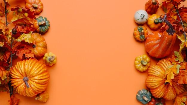 Herbstkomposition mit kürbissen und laub, kopierraum in der mitte