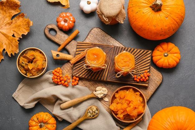 Herbstkomposition mit leckerer kürbismarmelade