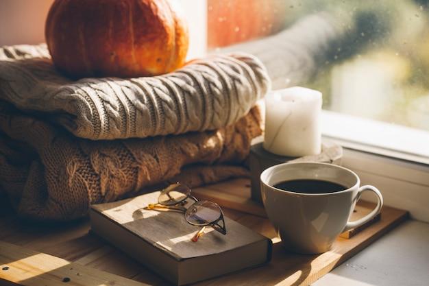 Herbstkomposition mit pullover und kürbis