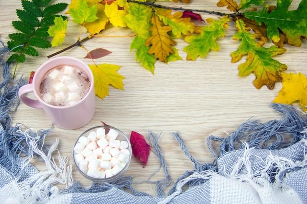 Herbstkonzept draufsicht heißer kakao oder heiße schokolade mit marshmallows auf alten holzbrettern