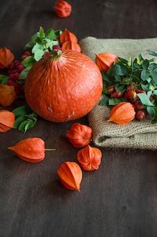 Herbstkonzept mit obst und gemüse. kürbis, feigen, herbstlaub.