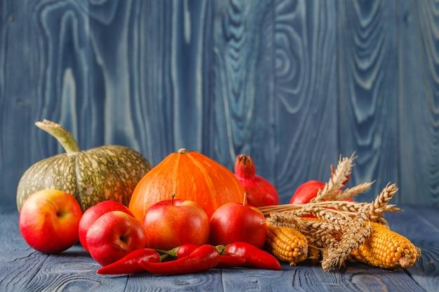 Herbstkonzept mit saisonalem obst und gemüse