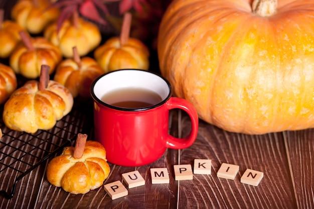 Herbstkürbisbrötchen mit teetasse