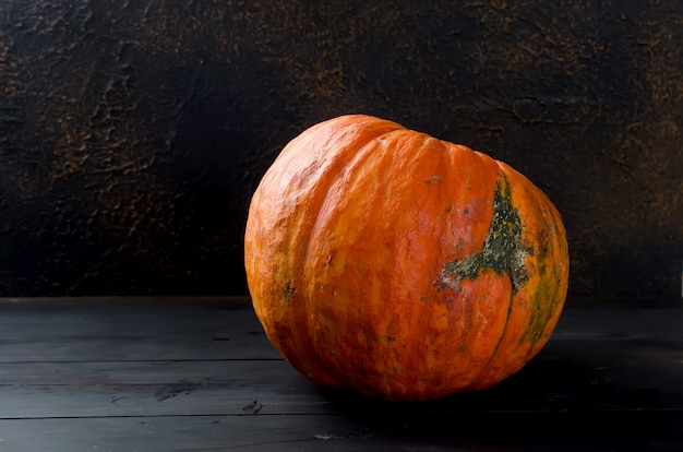 Herbstkürbise auf hölzernem brett