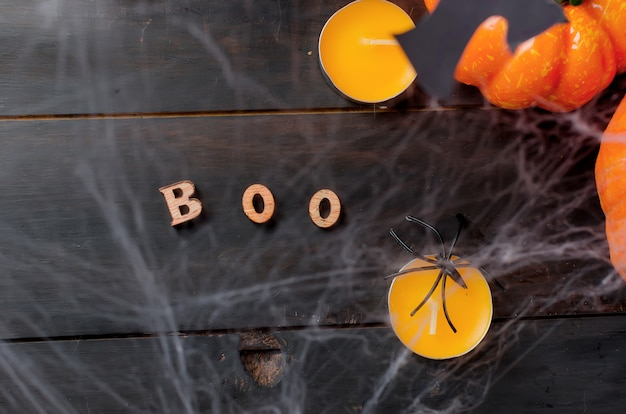 Herbstkürbise, -netz und -spinne im schwarzen