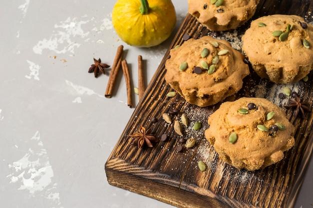 Herbstkürbismuffins mit gewürzen, schokoladentropfen und kürbis