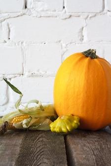 Herbstkürbisse und anderes gemüse auf einem hölzernen erntedankfest,