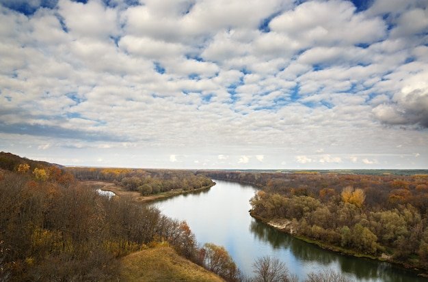 Herbstlandschaft auf den hügeln des flusses don. blick auf den teich mit bewölktem himmel ..