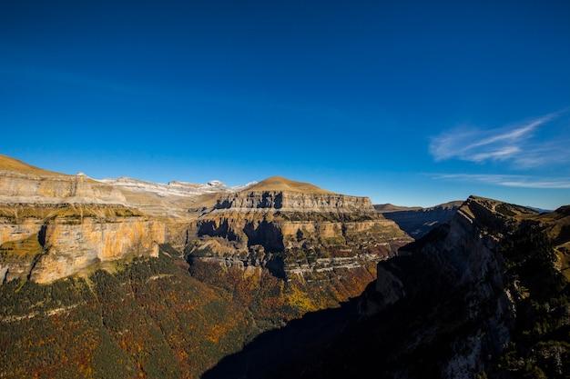 Herbstlandschaft der schönen berge gegen den himmel