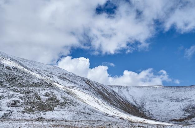 Herbstlandschaft des altai. sonnenuntergang in der steppe, schöner abendhimmel mit wolken, platon ukok, niemand herum, altai, sibirien, russland