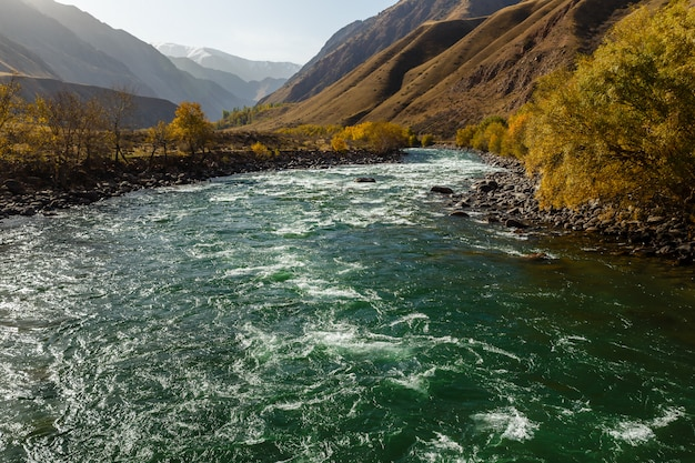 Herbstlandschaft des gebirgsflusses, fluss kokemeren, kyzyl-oi, bezirk jumgal, kirgisistan