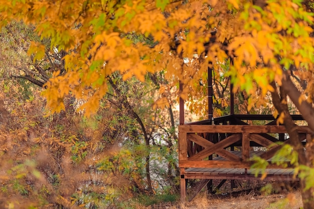 Herbstlandschaft ein hölzerner pavillon im park