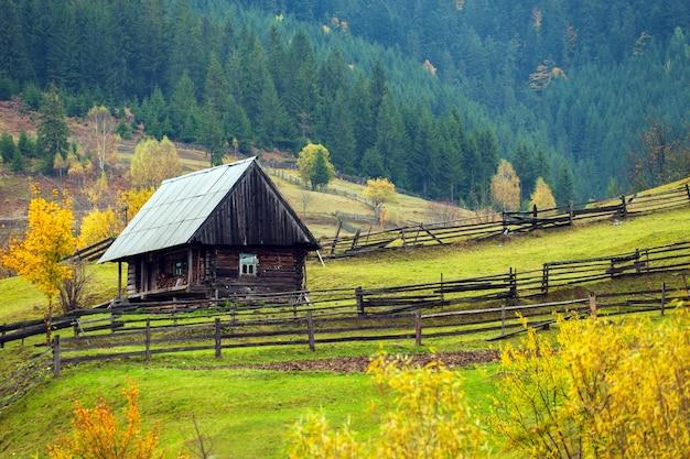 Herbstlandschaft in den westukrainischen karpaten