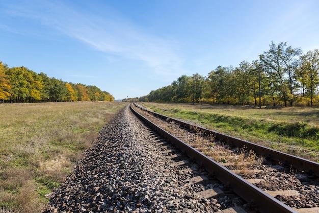 Herbstlandschaft mit eisenbahn- und eichenhain