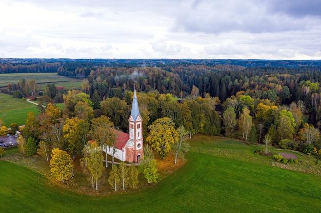 Herbstlandschaft mit evangelisch-lutherischer kirche in krimulda