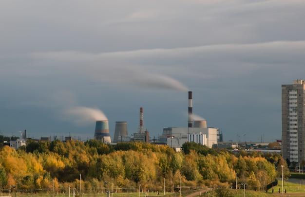 Herbstlandschaft mit wärmekraftwerk