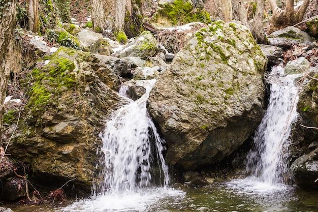 Herbstlandschaft mit wasserfall
