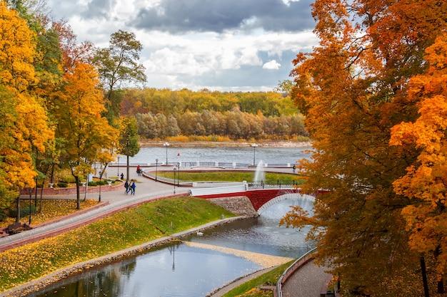 Herbstlandschaft schöne bunte bäume im hintergrund