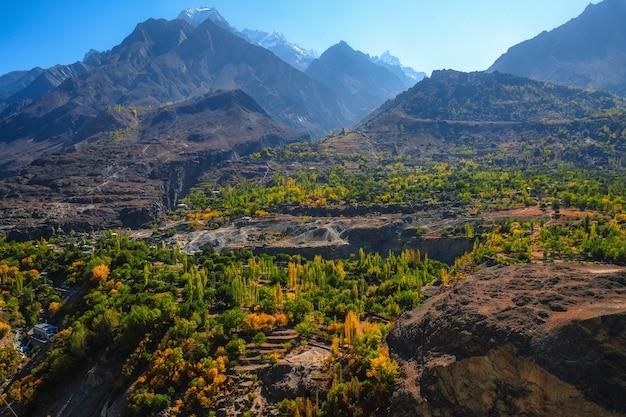 Herbstlandschaft von bergen in gilgit baltistan, ansicht von der karakoram-landstraße. pakistan.