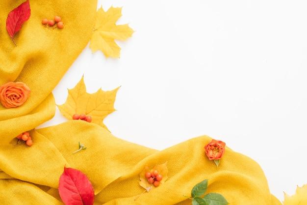 Herbstlaub abstrakt kreative anordnung von gelben, roten blättern und rosen auf weißer oberfläche
