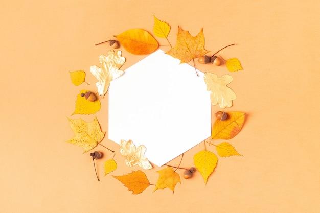 Herbstlaub auf pastellfarbener oberfläche