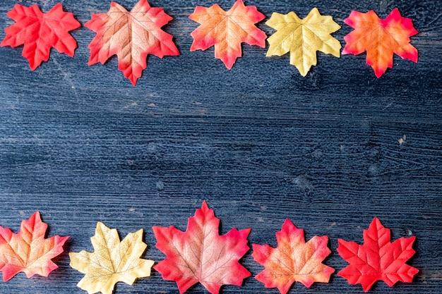 Herbstlaub auf tafelhintergrund mit kopienraum