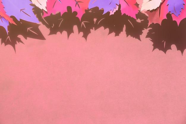 Herbstlaub gestaltet mit schatten, ebenenlage mit kopienraum auf papierhintergrund