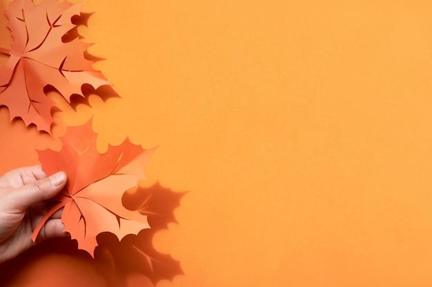 Herbstlaub mit schatten, ebenenlage mit kopieraum auf papierhintergrund