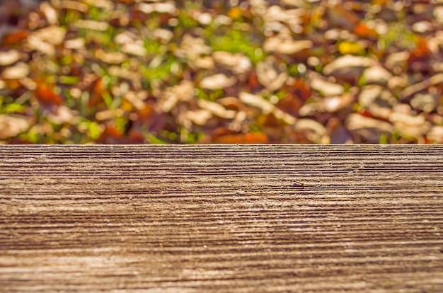 Herbstlaub und holzoberflächenhintergrund
