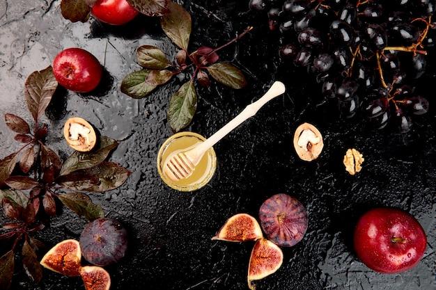 Herbstlebensmittelstillleben mit jahreszeit trägt traube, rote äpfel und feigen früchte.
