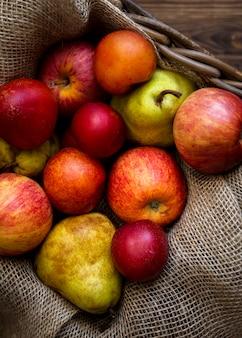 Herbstliche anordnung von frischen äpfeln
