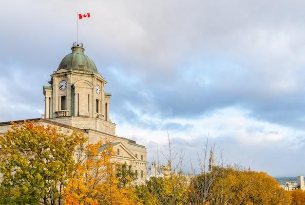 Herbstliche aussicht auf den uhrturm des alten postamts in old quebec, kanada