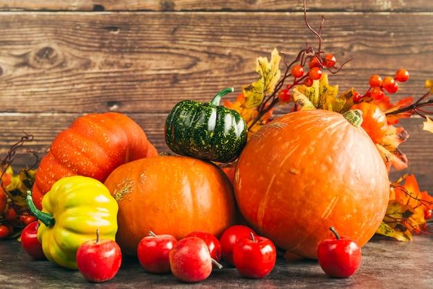 Herbstliche ernte gegen holzwand