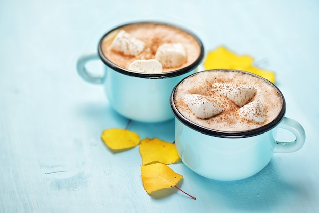 Herbstliche heiße kakaotassen mit blättern