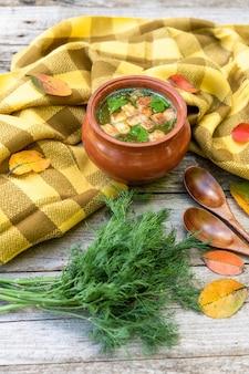 Herbstliche hühnerbrühe mit croutons.