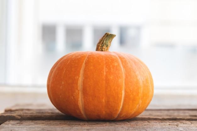 Herbstlicher hintergrund natürlicher herbst herbstansicht kürbis auf hölzernem hintergrund inspirierend oktober oder s...