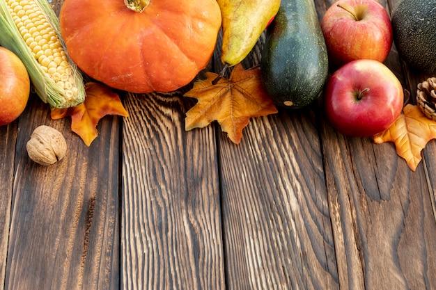 Herbstlicher rahmen auf holztisch