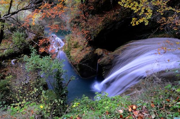 Herbstliches bild des naturreservats des urederra-flusses. navarra. spanien