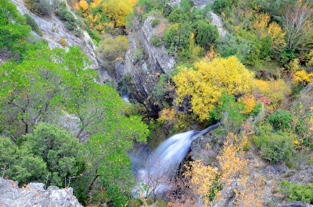 Herbstliches bild eines wasserfalls im naturpark valderejo