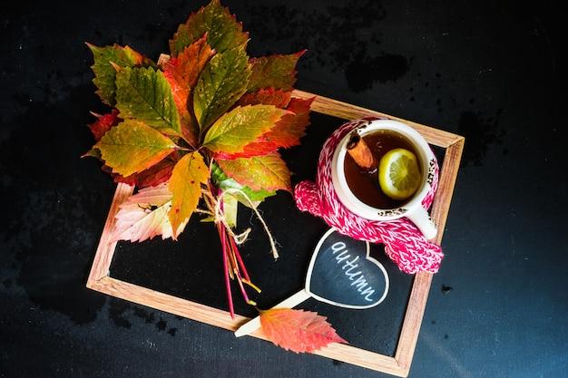 Herbstliches konzept mit hellen roten blättern