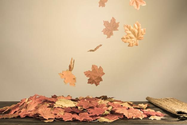 Herbstliches laub, das im wind spinnt