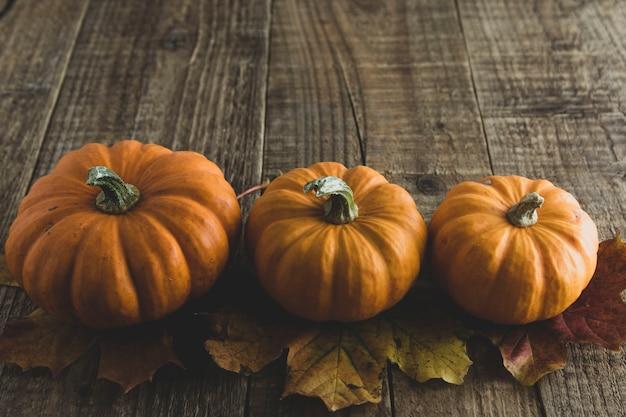 Herbstliches stillleben des danksagungstags mit kürbisen auf altem hölzernem