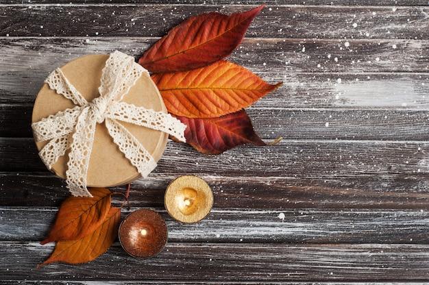 Herbstliches stillleben mit geschenkbox