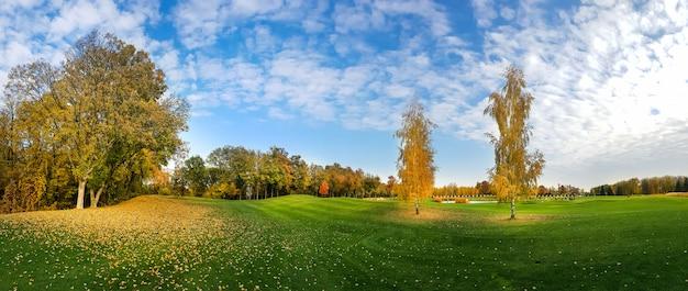 Herbstpark, bäume mit buntem laub, panorama