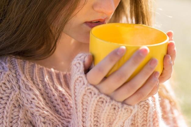 Herbstporträt eines mädchens mit einer gelben tasse