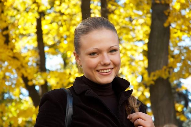 Herbstporträt eines mädchens