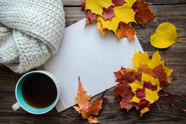 Herbstrahmen mit blättern und teeschale