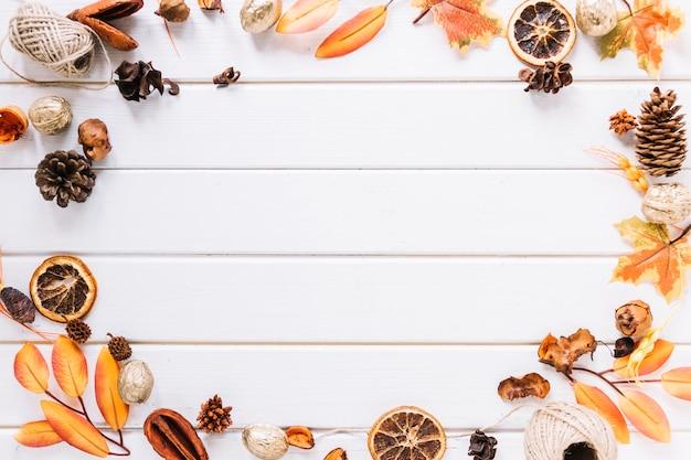 Herbstrahmenzusammensetzung auf weißem hintergrund