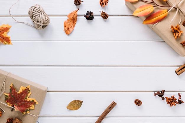 Herbstrahmenzusammensetzung auf weißem hölzernem hintergrund